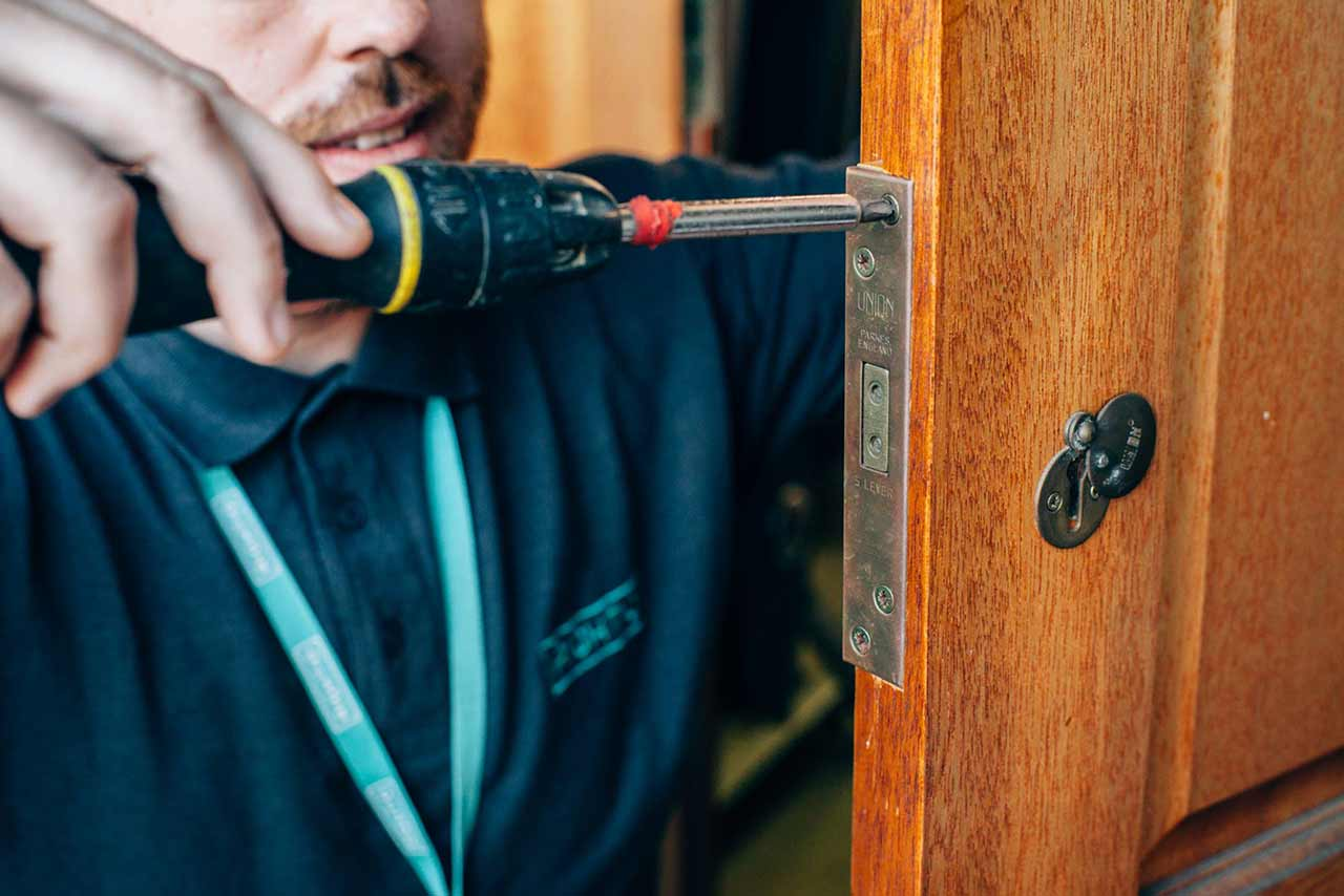 locksmith providing lock services in Glasgow